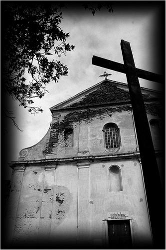 sous la surveillance murale du crucifié splendide